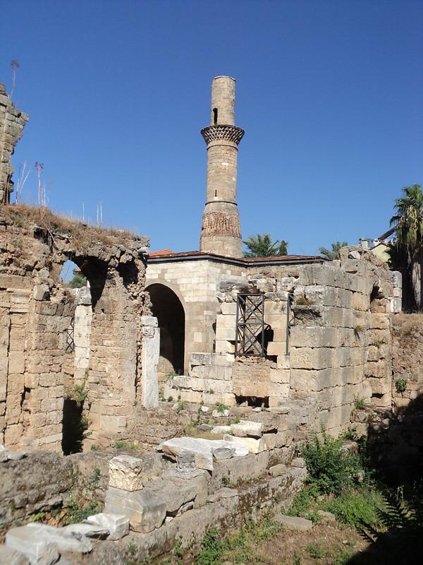 Минарет Кесик, Усеченный Минарет (Kesik Minare). Возвышается над античным храмом.