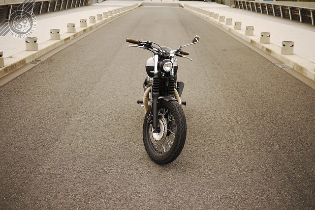 La Kawasaki W650 de Jérémy, vue de l'avant.
