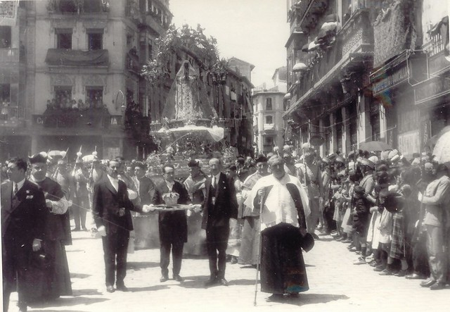 Florentino Serrano Sánchez-Morén porta la corona por ser el concejal mas joven en el día de la coronación de la Virgen del Sagrario el 30 de mayo de 1926