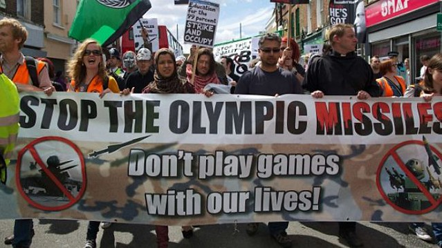 Olympics 2012 London Missile Protest. Par OpenDemocraty. CC-BY-SA. Source : Flickr