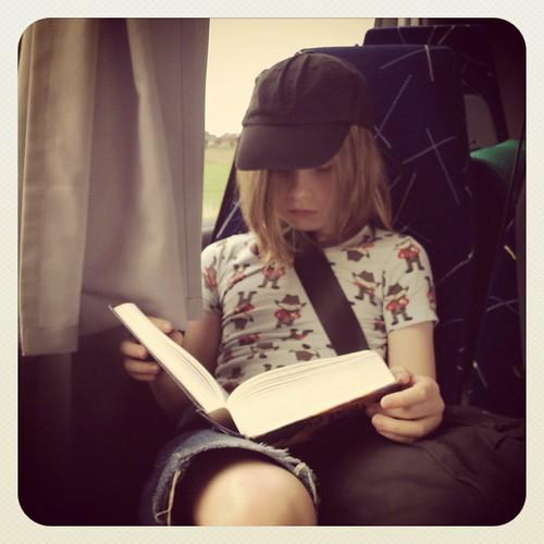 Viggo läser Harry Potter på bussen ut till Öregrund