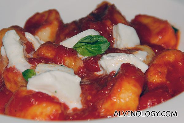 Gnocchi di papate con pomodoro e mozzarella di bufala - potato gnocchi with fresh tomato, basil and bufalo mozzarella