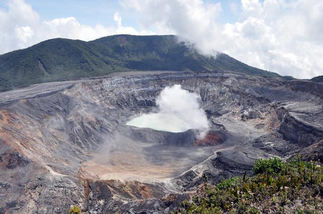 Vista del volcán Poás en Costa Rica desde el balcón. volcán poás - 7734258352 4b08a502f5 z - Volcán Poás en Costa Rica