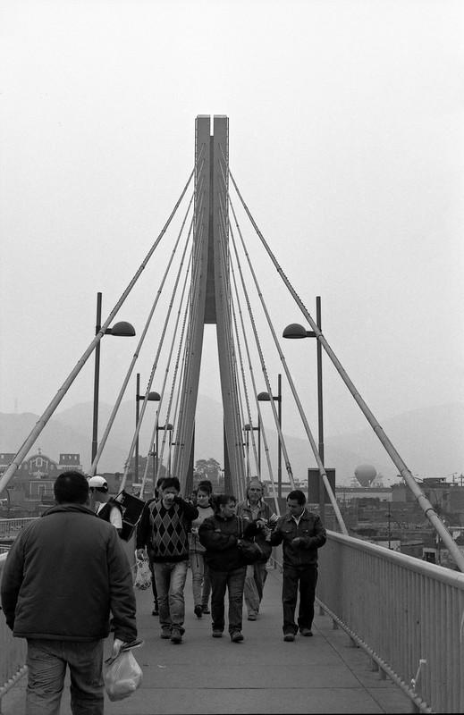 """Fotografía convencional, Lima en rollo: puente peatonal atirantado """"Rayo de Sol"""" ubicado sobre el río Rímac"""