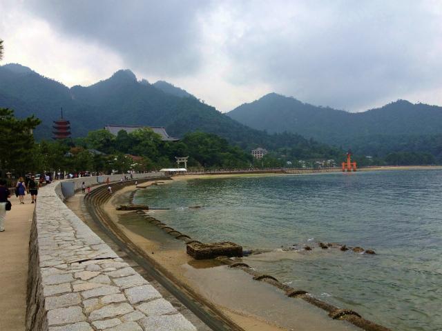 海沿いの道を厳島神社に向かって進む
