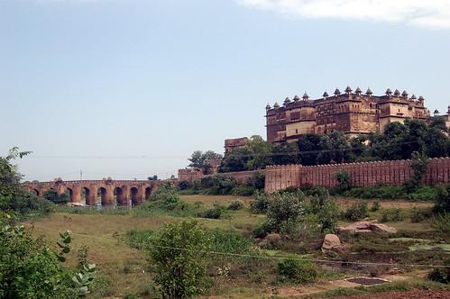 Die Burg von Orchha ist der Stadt vorgelagert und durch eine Brücke zu erreichen.