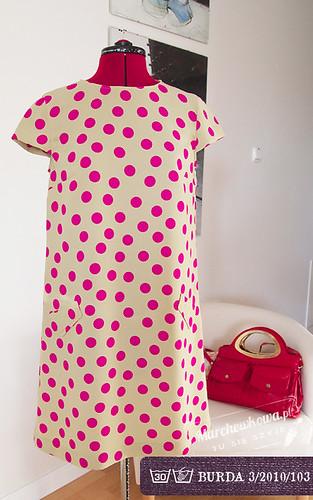 marchewkowa, szafiarka, szycie, krawiectwo, wykrój, Burda Style 3/2010 #103, sukienka w stylu lat 60, moda retro, różowe grochy, gruba żorżeta, w kształcie litery A, lamowanie podkroju