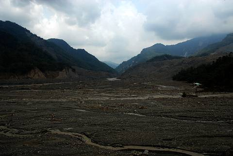 莫拉克颱風後遭掩埋的小林村(郭志榮攝)