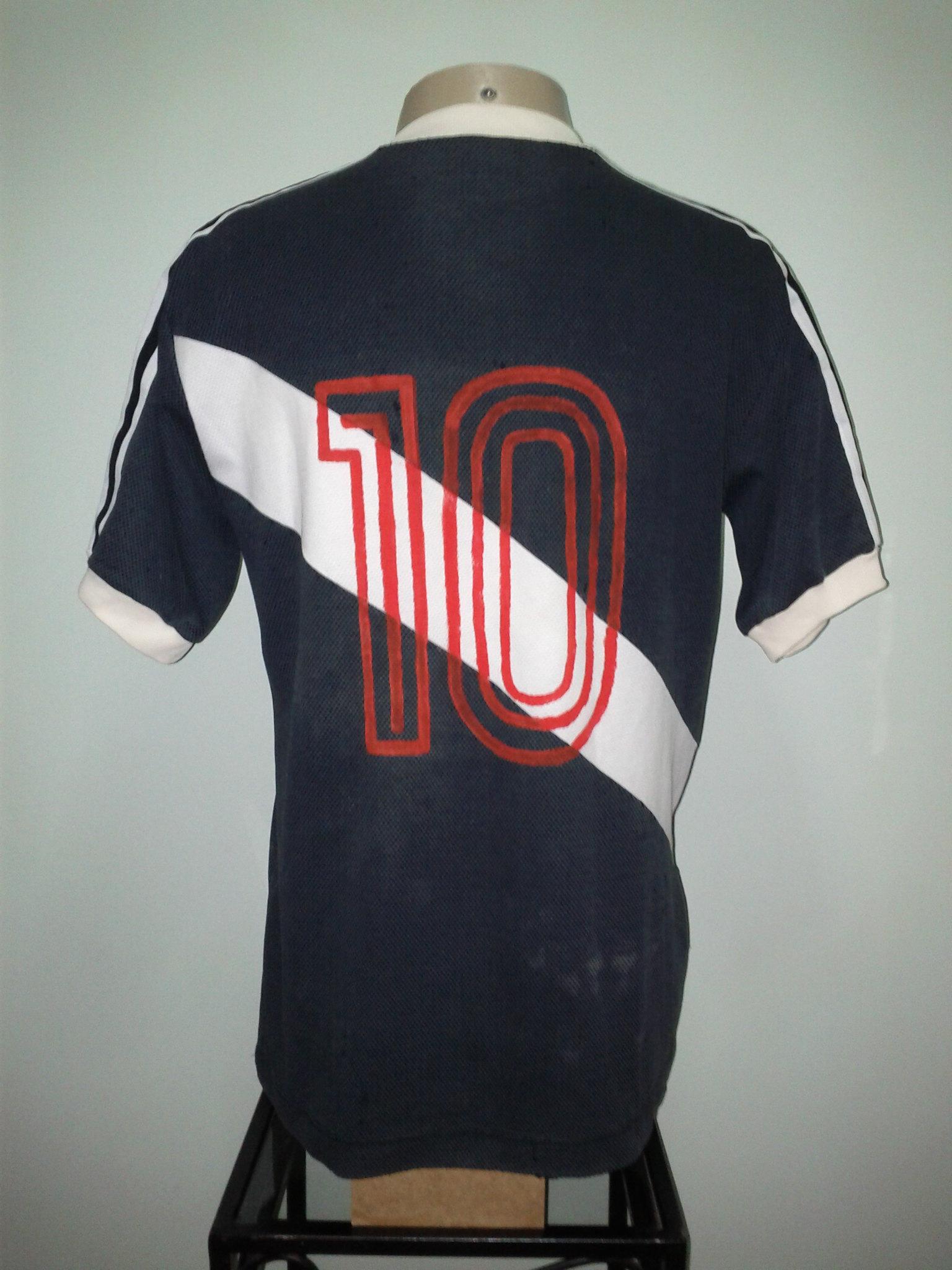 ffd536936dd78 À partir do jogo contra o Fluminense no dia 13 04 começos a estampar a logo  da 3B-RIO. Nesse jogo a logo ficava dentro de um retângulo vermelho