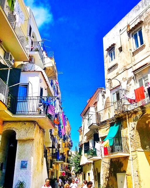 Antico borgo di Ischia Ponte #borghi #Ischia #IschiaPonte #pannistesi #world #travelgram #travel #golfodinapoli #architettura #vicolitipici #traveller