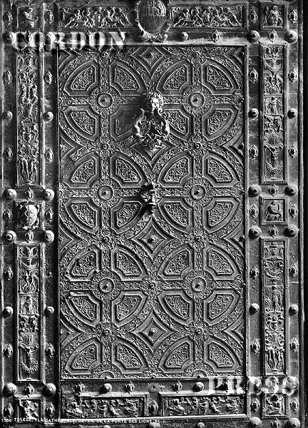 Aldaba de la Puerta de los Leones de la Catedral de Toledo hacia 1875-80. © Léon et Lévy / Cordon Press - Roger-Viollet