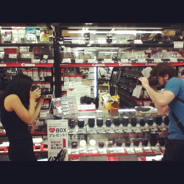 Thomas and Reina photographing each other in Osaka.