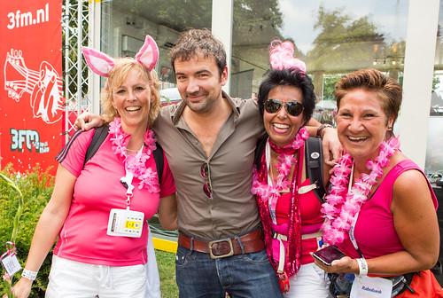 De dames in roze hebben het gezellig met Gerard