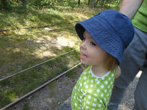 Ava väntar på tåget