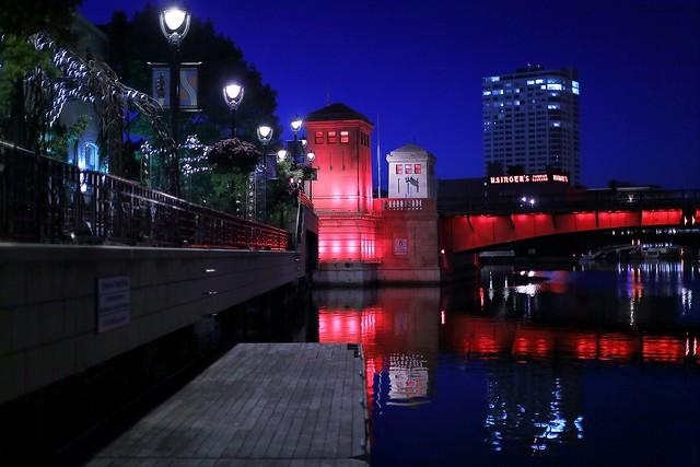Night on the Milwaukee River south of Kilbourn Avenue Bridge