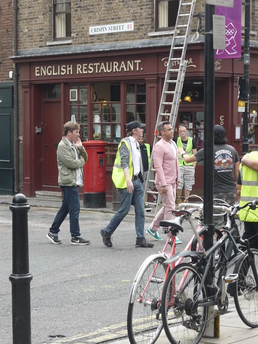 Robbie Williams in abito rosa. Londra: foto anteprima del nuovo video