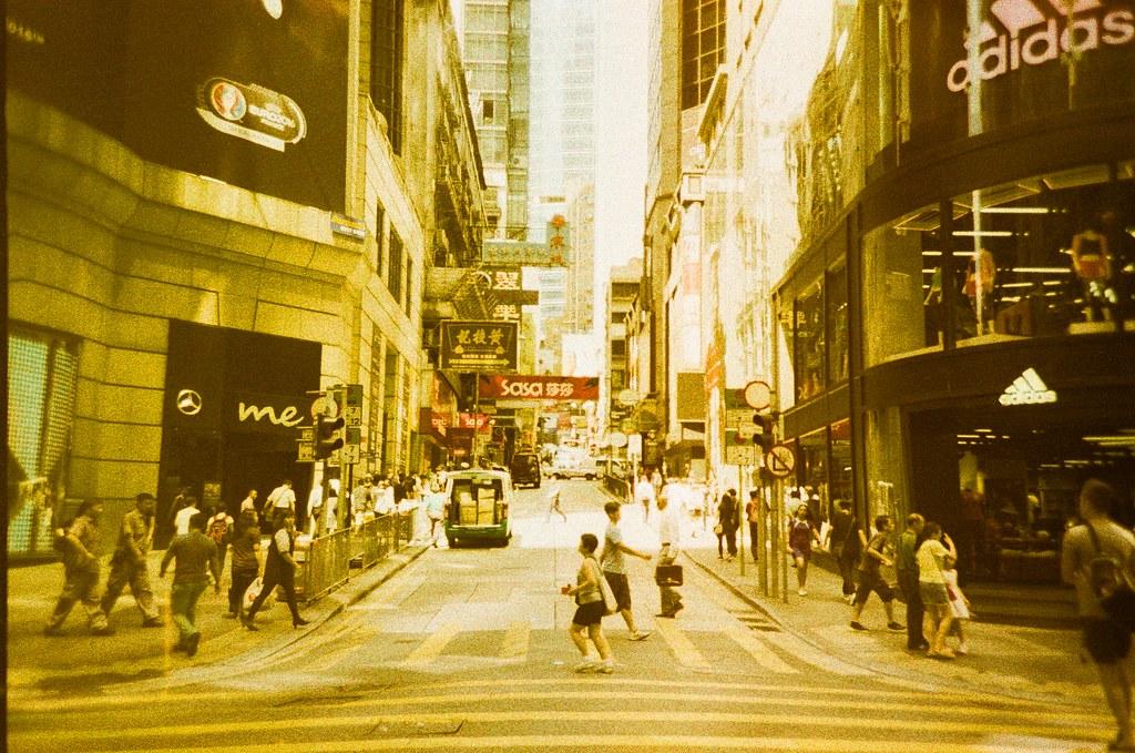 Hong Kong Street / Lomography Slide / XPro / Lomo LC-A+ 夏天真的不能去香港,實在是有夠熱,連拍出來的底片顏色都一股沙漠般的色調。  但香港是一個不錯拍街景的地方!  Lomo LC-A+ Lomography Slide / XPro 200 ISO 35mm 2607-0002 2016-06-20 Photo by Toomore