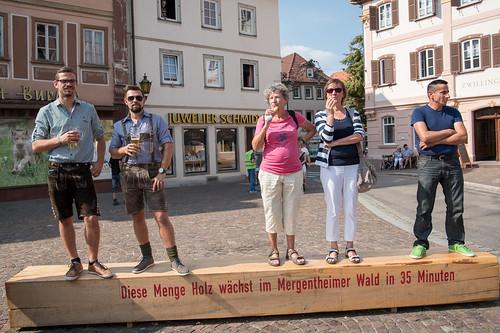 2016_09_11_Zuschauergruppe_Marktplatz_Landesfestumzug_Bad_Mergentheim-1