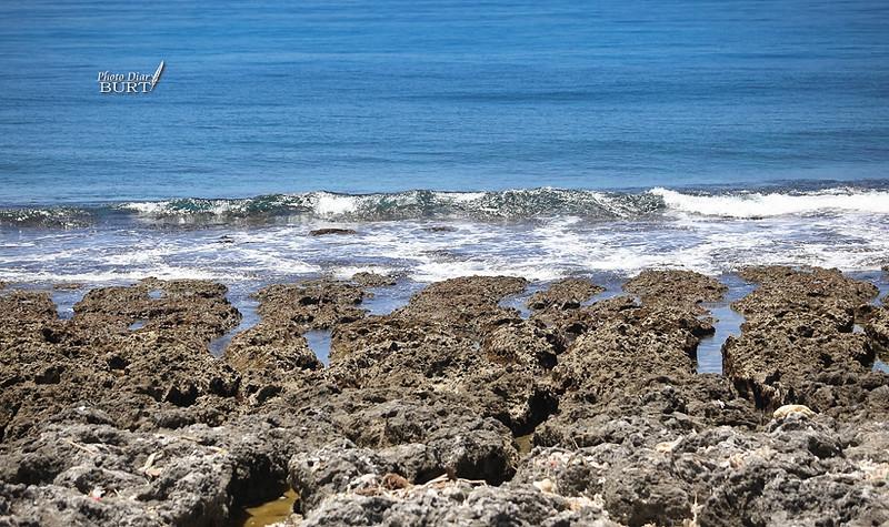 打上裙礁之上的海浪