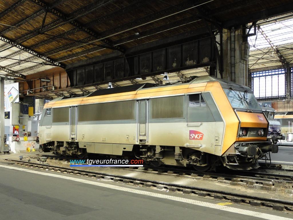 Une locomotive électrique synchrone bitension (SYBIC) Alsthom en livrée d'origine