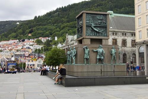 96 Plaza Torgalmenningen - Monumento a los marineros