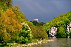 Donaudurchbruch zwischen Kloster Weltenburg und Kelheim --- Oben die Befreiungshalle bei Kelheim, links der Donauwanderweg