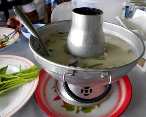 טום קאא גאי, עם חלב קוקוס, עוף וגלנגל