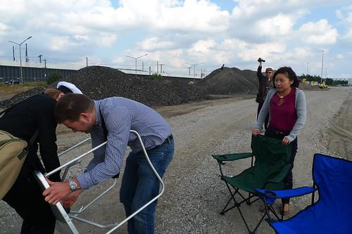 Aufbau eines Picknicktisches während Birgit Dunkels Cruising Tour. August 2012