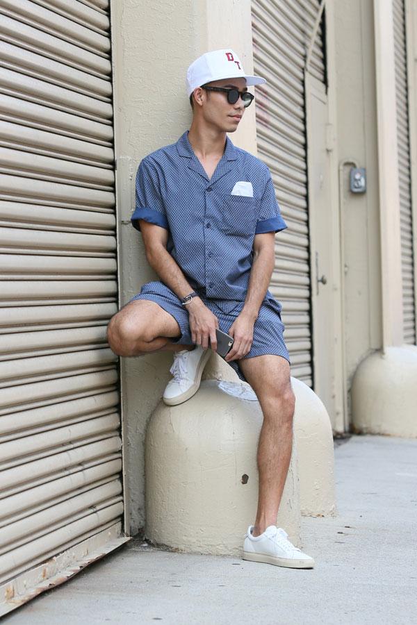 白キャップ×青白チェック半袖開衿シャツ×ショートパンツのセットアップ×白ローカットスニーカー