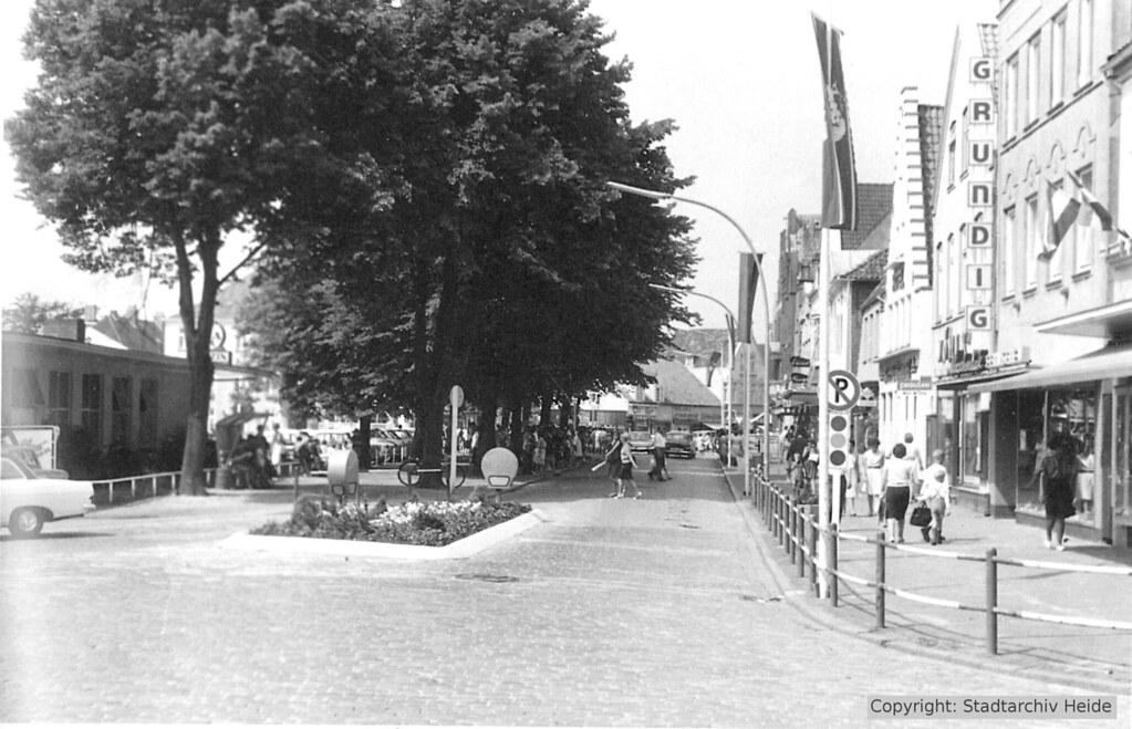 Markt-Ostseite mit Autoverkehr