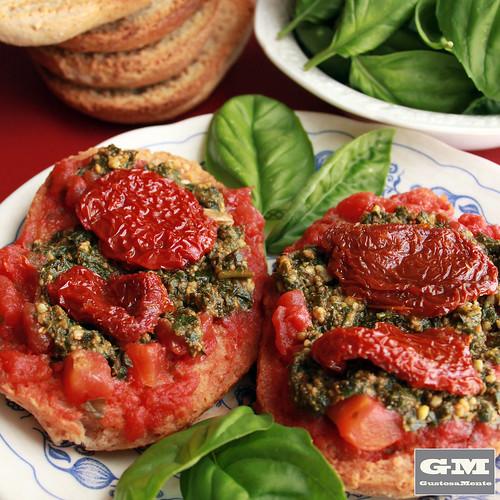 Freselle ai due pomodori e pesto