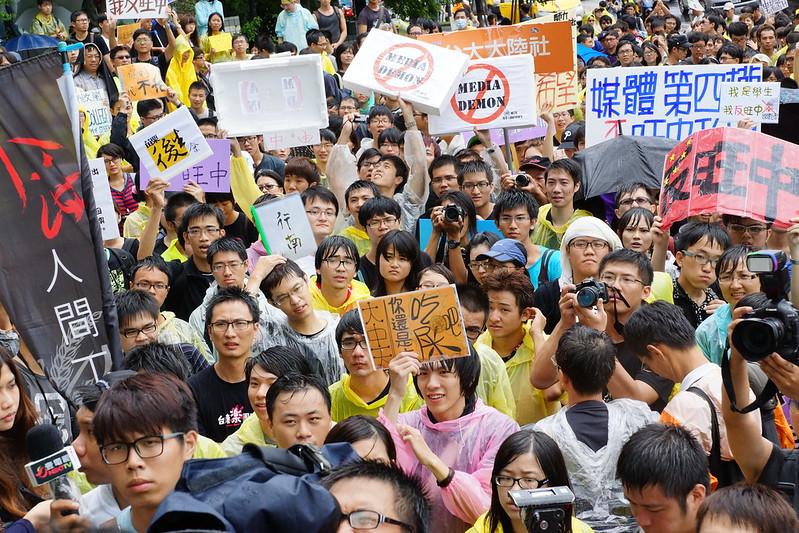 7月31日,針對旺中媒體圍勦反「中嘉案」學者,700名學生至中天電視台前反旺中。(攝影:王顥中)