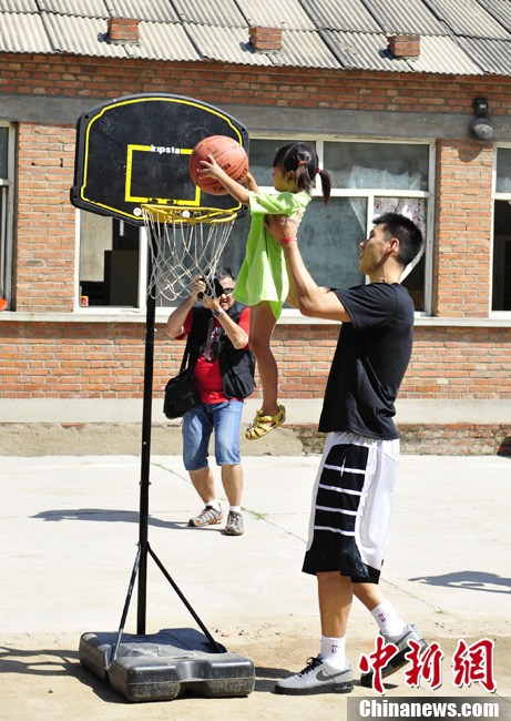 August 9th, 2012 - Jeremy Lin visits a school of children of migrant workers in Chang Ping