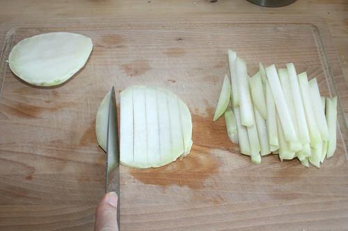 15 - Kohlrabi in Streifen schneiden / Cut kohlrabi in stripes