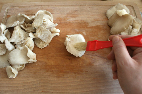 19 - Austernpilze reinigen / Clean oyster mushrooms