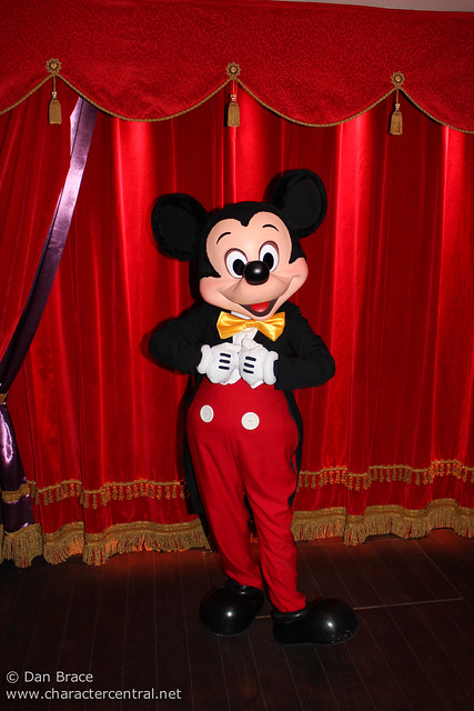 Meeting Mickey Mouse at his new location