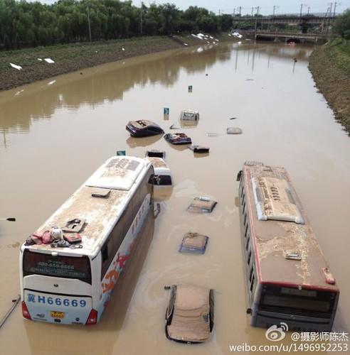 (北京721暴雨)京港澳高速出京段高速路上,被淹没的车辆