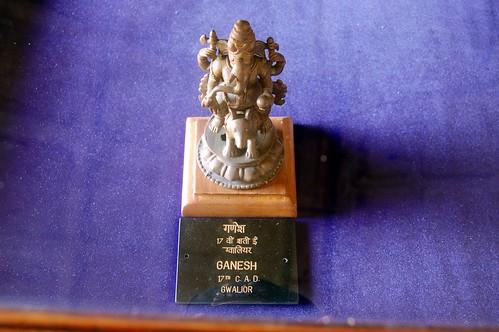 Figur aus dem 17ten Jahrhundert, ein Ganesha reitet auf einer grösseren Ratte