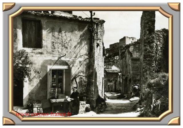 LES BAUX (Bouche du Rhône) Rue du Trincat, au fond, ruines du château féodal - 70-150