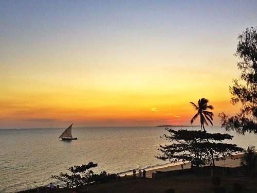 africa sunset sea italy sun relax tanzania island tramonto nuvole mare tour live cielo luci zanzibar stonetown sole palma pensieri luce vacanza iphone sunse iph fogscientist instagram