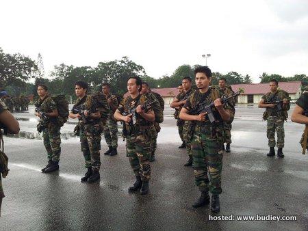 Fourteen dan Radhi OAG dalam uniform Tentera Darat