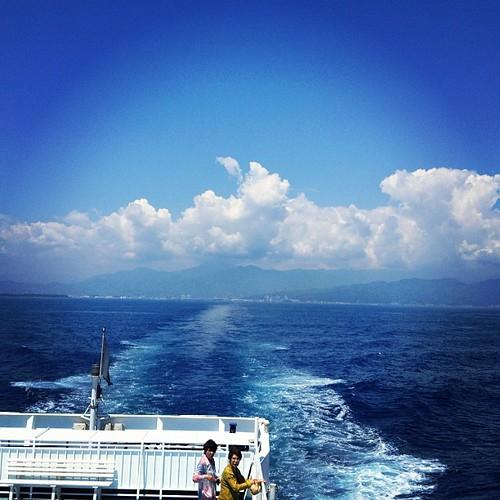 出港しました。おっと、足元がふらつく。酔っぱらってる訳じゃありません。船が揺れてるのです。