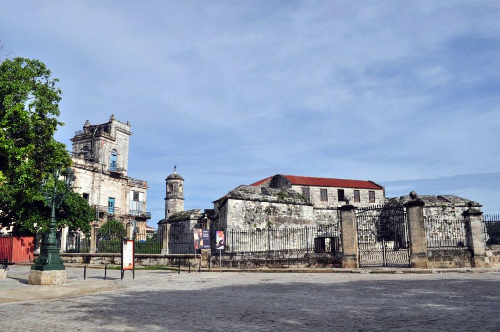 La fortaleza construída en 1558 tenía como principal problema estratégico su ubicación geográfica. Situada muy adentro del canal de entrada de la bahía de La Habana, no cumplía con el objetivo con el que fue construida: disuadir y proteger a La Habana del ataque de corsarios, piratas y enemigos de la corona española. [object object] - 7817534040 b04c4fce58 o - La Habana vieja y un paseo por sus plazas