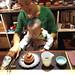 Mme Reng et son fils préparent le thé à Jingdezhen