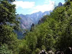 Dans le lit du ruisseau de Bocca Laggera : une éclaircie vers la vallée de la Cavicchia, Punta Minuta et Pinzu Scaffone