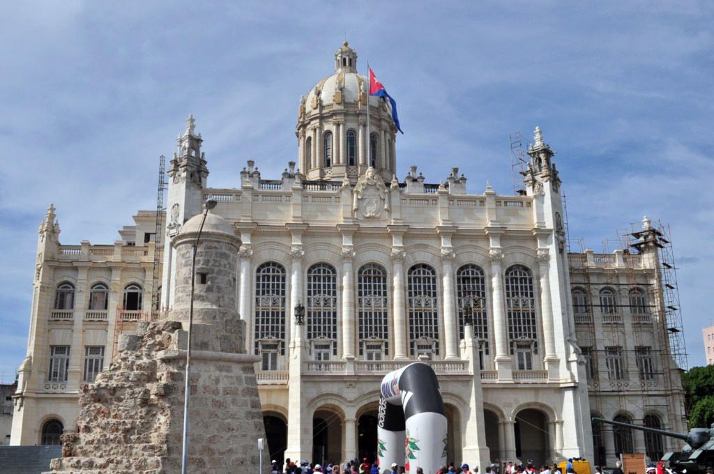 La entrada principal del Museo está flanqueada por dos elementos emblemáticos: los restos de la garita del Ángel, parte de la muralla que rodeaba a La Habana en la época colonial, y el cañón autopropulsado SAU-100 utilizado por Fidel Castro durante los combates de Bahía de Cochinos. [object object] - 7817607010 8b4a0aecd4 o - La Habana vieja y un paseo por sus plazas