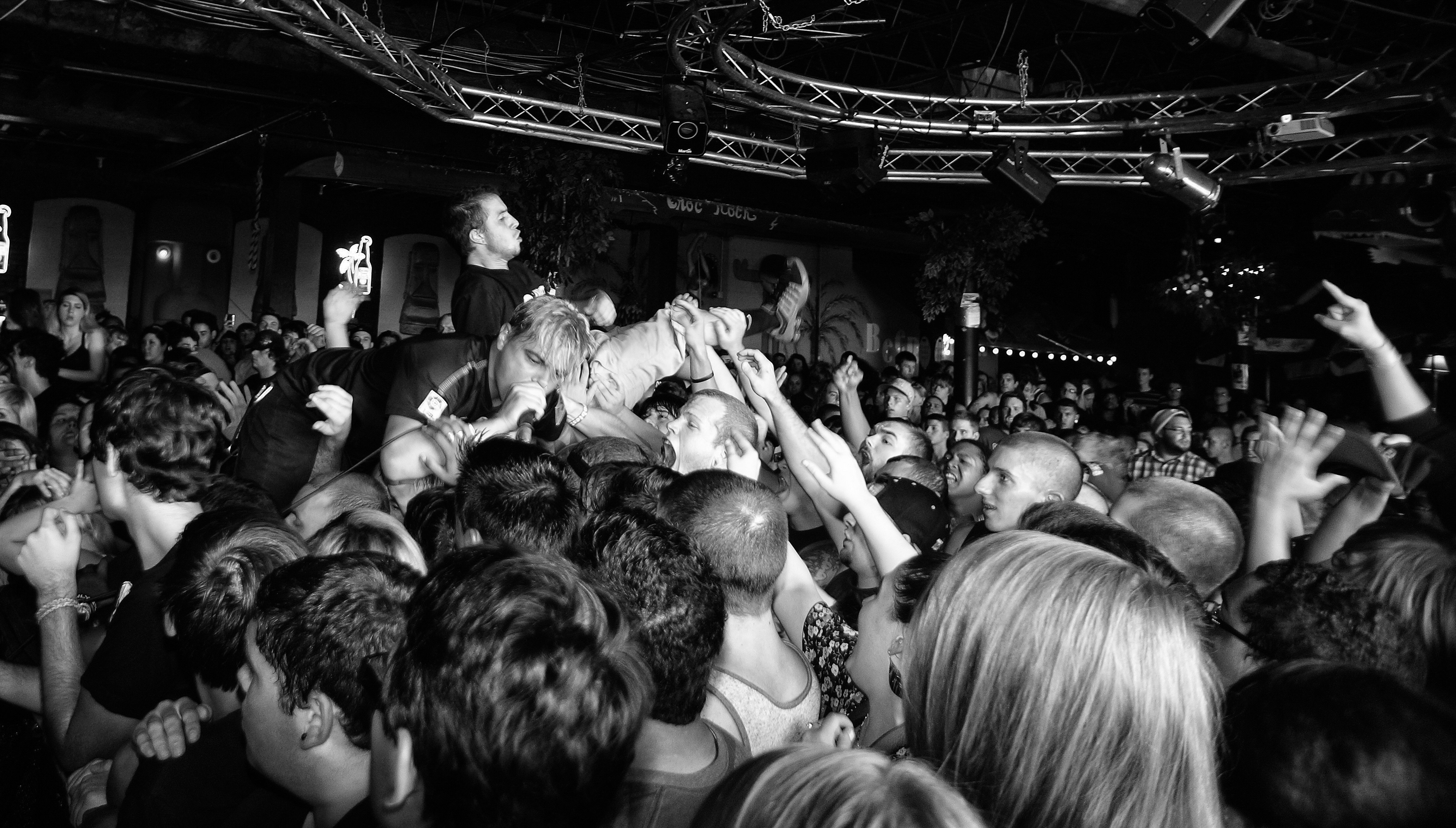 to mosh or not to mosh The dangers of mosh pits are alarming, according to concert safety experts and emergency medical professionals, who told abcnewscom that the most injuries incurred from mosh pits aren't actually by the moshers but by innocent bystanders.