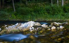 Langzeitbelichtung eines Flusses bei Nacht