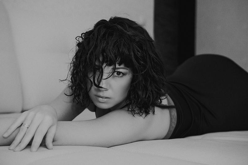 Фотосессия девушки в интерьере, фотосессия девушки, черно-белая фотосессия