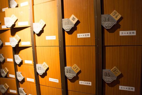 門口放著各式大小的儲鞋櫃